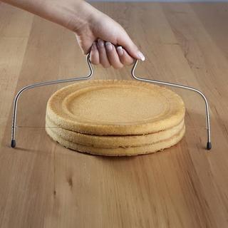 Dispozitiv de tăiere tip sârmă pentru tăierea blatului de prăjituri